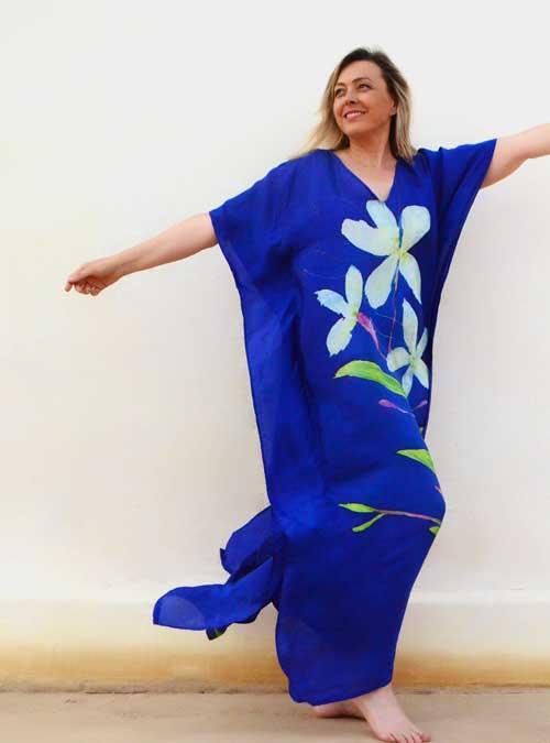 Kaftan de seda azul con flores blancas