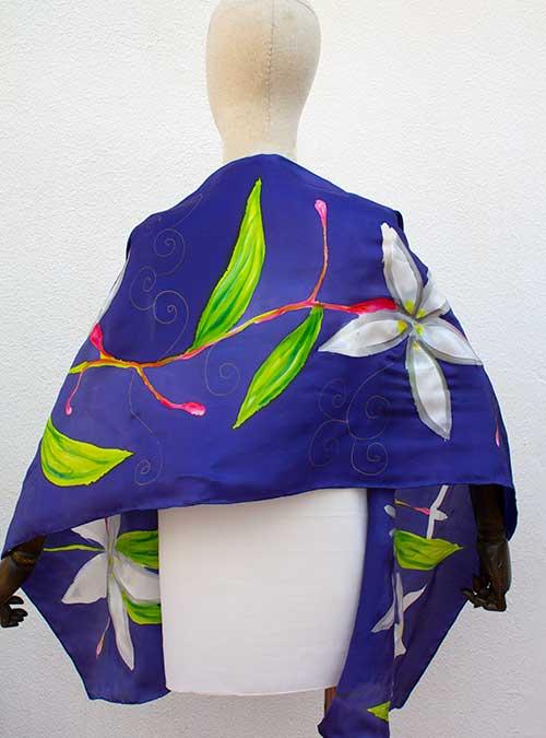 Chal de seda azul con flores blancas