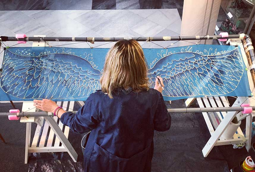 Eva Escamilla pintando foulard de seda