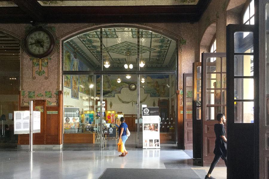 Pañuelos de seda pintada a mano en la Sala de los Mosaicos