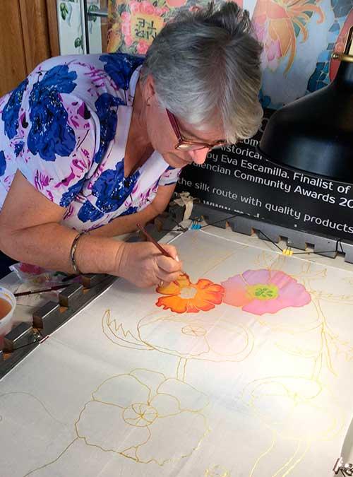 alumna pintando su primer pañuelo de seda